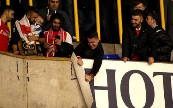 Di Stadion White Hart Lane, Fans Arsenal Mengamuk
