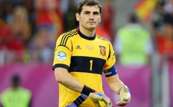 Fabregas Akan Selalu Bela Iker Casillas